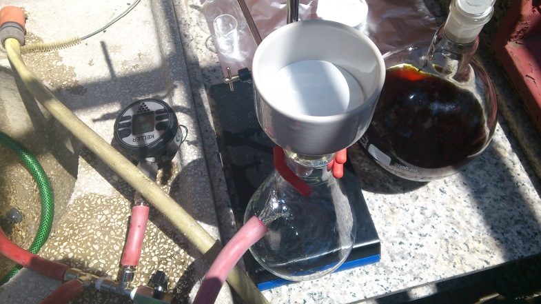 Vacuum filtration of the soxhlet extraction product  (vanilla beans).